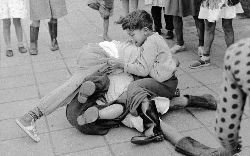 Street_Moments_of_Children_in_England_during_the_1950s_(5)